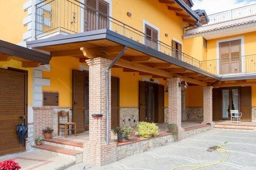 vista angolare di una casa con porte finestre in legno