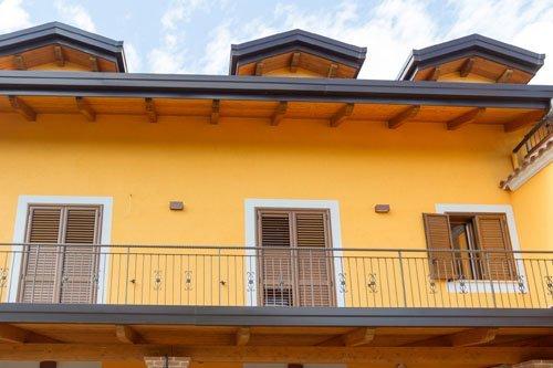 porte finestre con persiane in legno