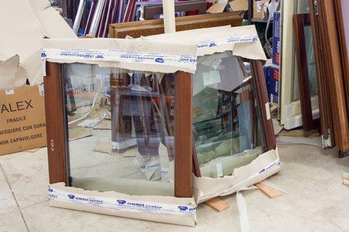 magazzino di finestre in legno