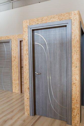 porta in legno grigia con decorazione