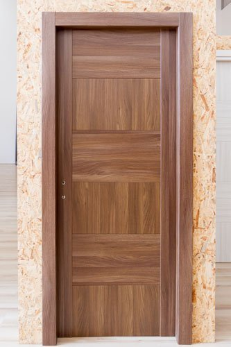 vista frontale porta in legno