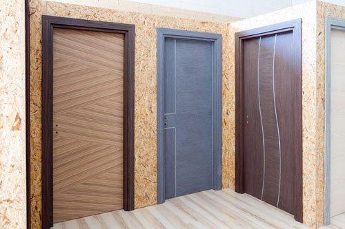porte in legno di diversi colori