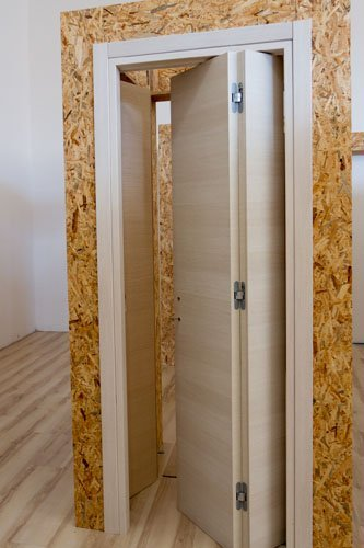 esposizione porta in legno chiaro