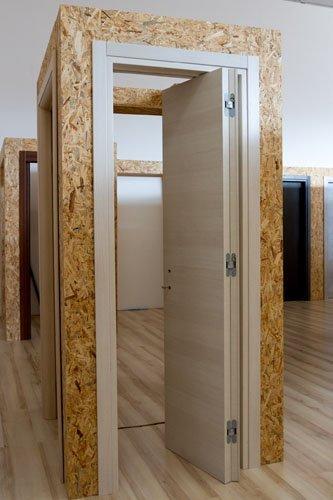 porta in legno chiaro aperta-