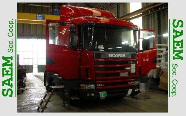 il trattore di un camion rosso