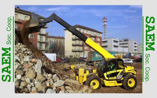 una scavatrice che scarica della terra