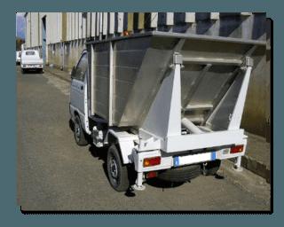 un camion dei rifiuti visto dal dietro