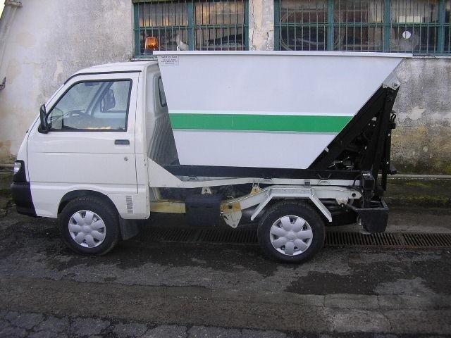 un camioncino dei rifiuti