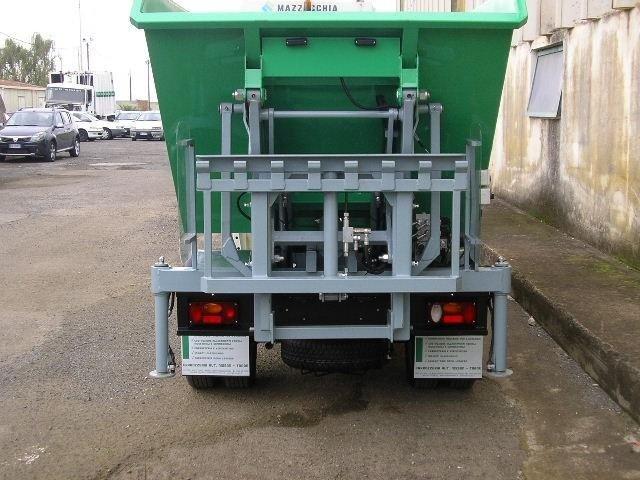 un camion dei rifiuti con vista del cassonetto