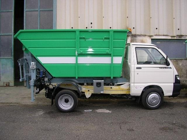 un camioncino dei rifiuti visto di lato