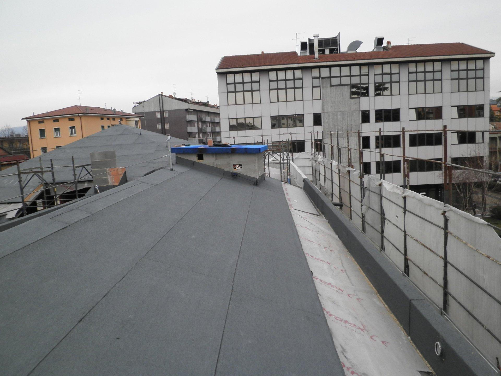 un tetto con impermeabilizzazione in fase di ristrutturazione