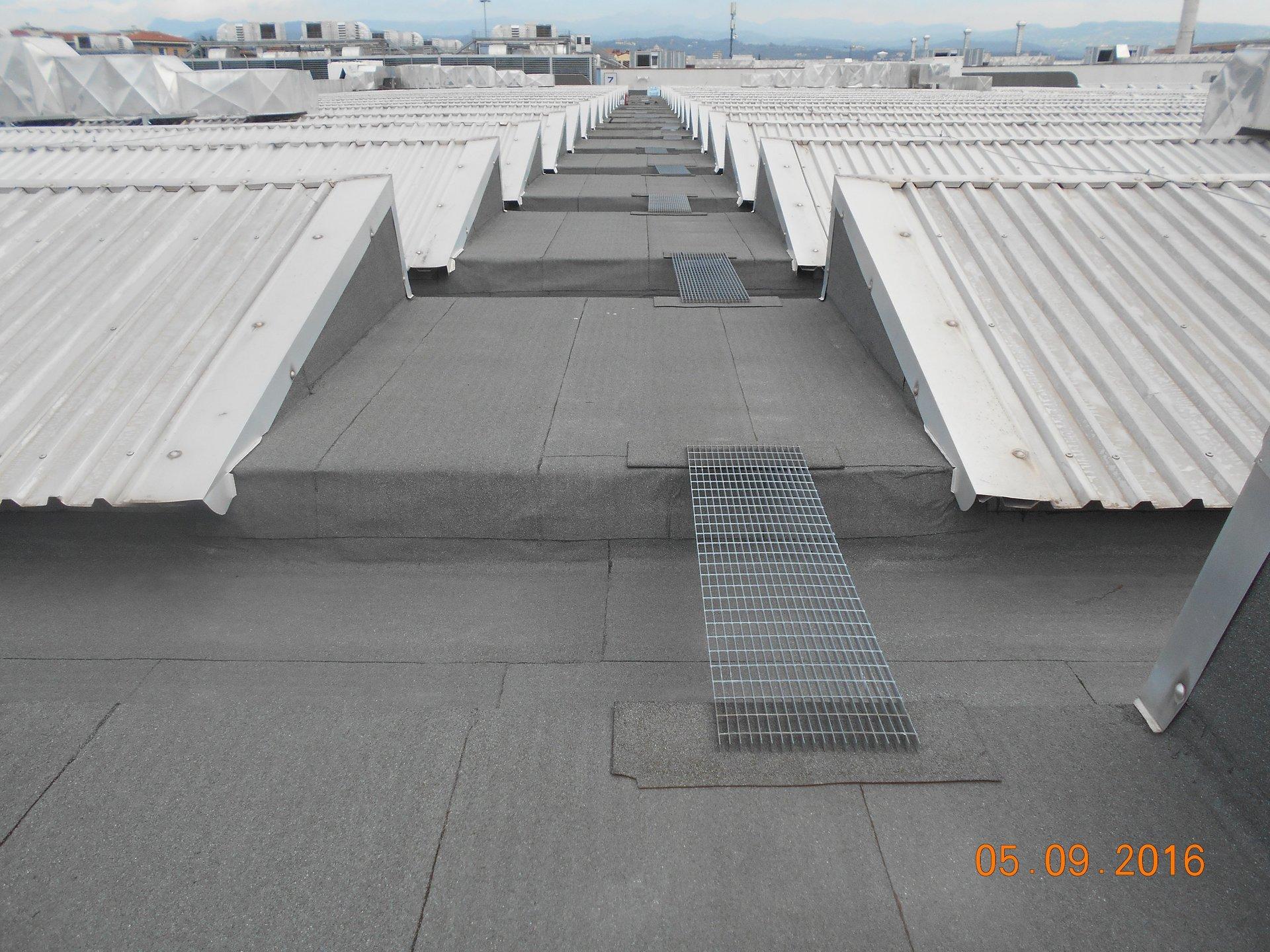 un tetto impermeabilizzato e delle piccole tettoie