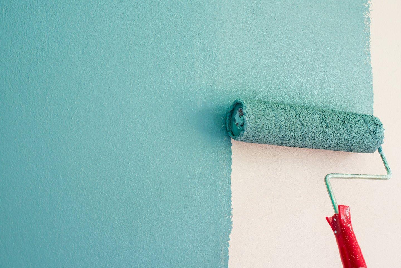 rullo che dipinge una parete di azzurro