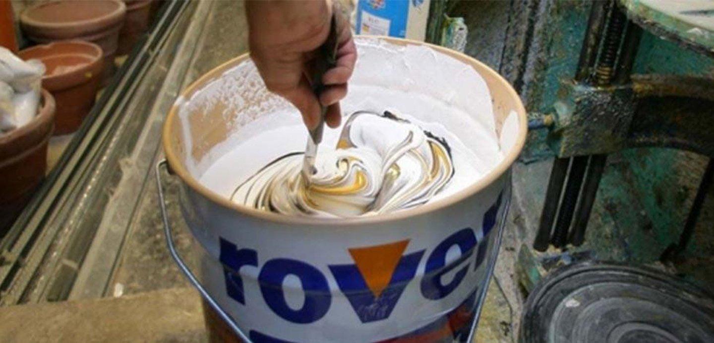 grande latta di pittura bianca