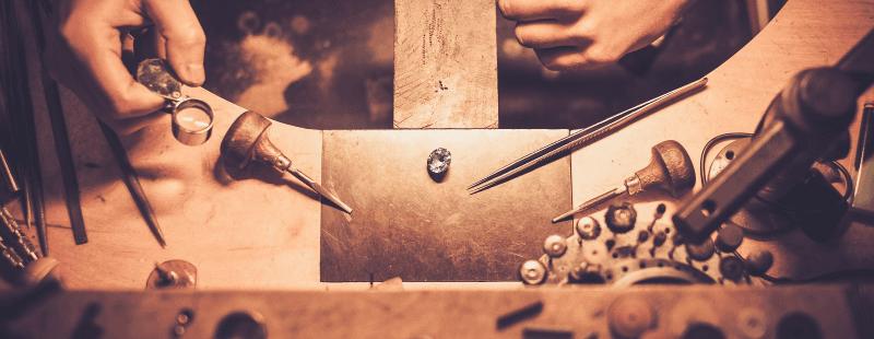 Un diamante sul tavolo di lavoro di un orafo