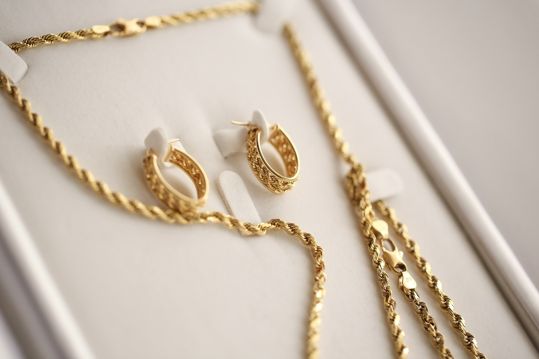 Una collana e due orecchini d'oro