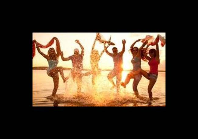 Gruppo degli amici si diverte sulla spiaggia a L'Aquila