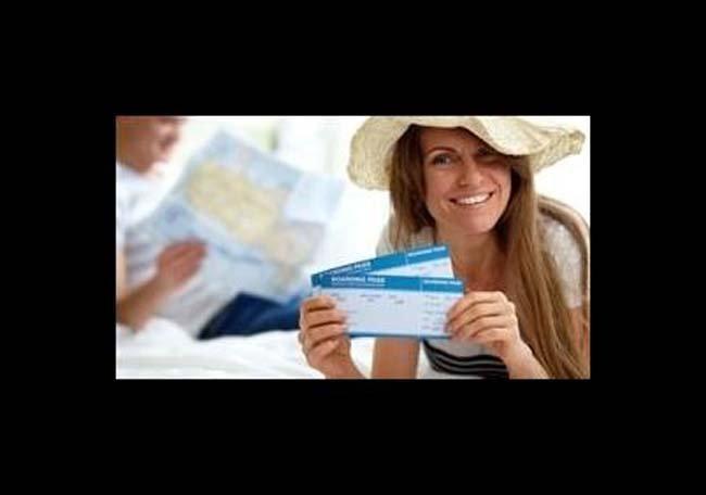Donna con il biglietto aereo a L'Aquila