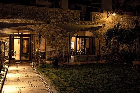 vista dall'esterno di un ristorante durante la sera