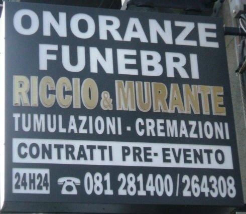 un cartello con scritto Onoranze Funebri Riccio & Murante