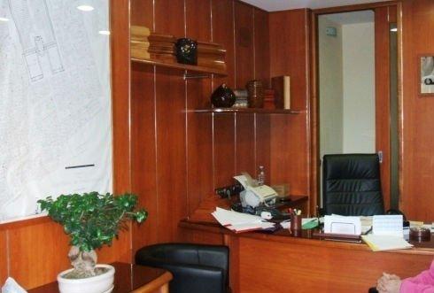 un ufficio con pareti in legno