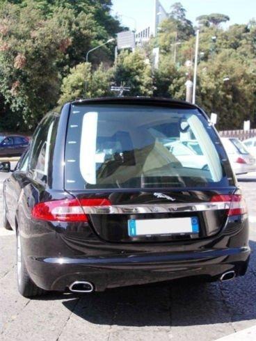 un carro funebre Jaguar visto da dietro