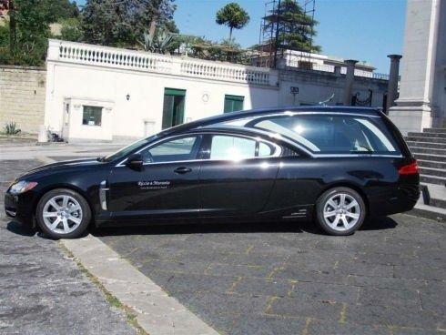 un carro funebre nero visto di lato