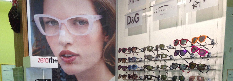 diversi modelli di occhiali in esposizione