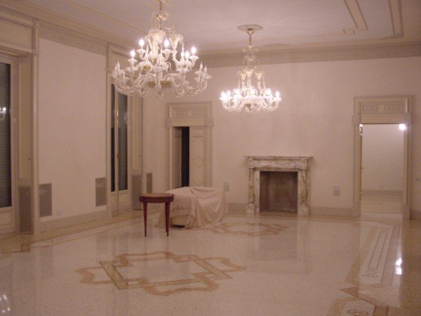 un soggiorno molto elegante in fase di ristrutturazione
