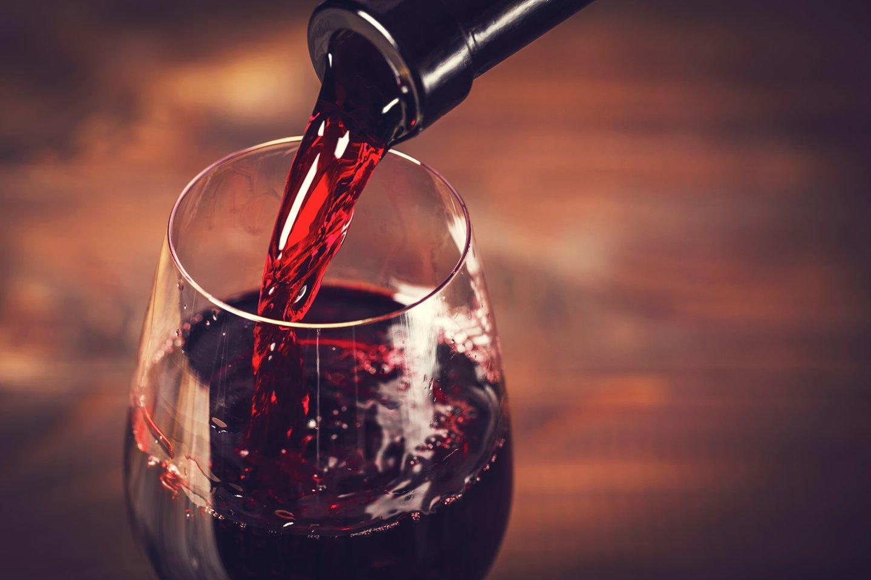vino rosso in un bicchiere e bottiglia