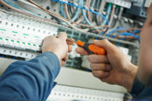 tecnico lavora su un quadro elettrico