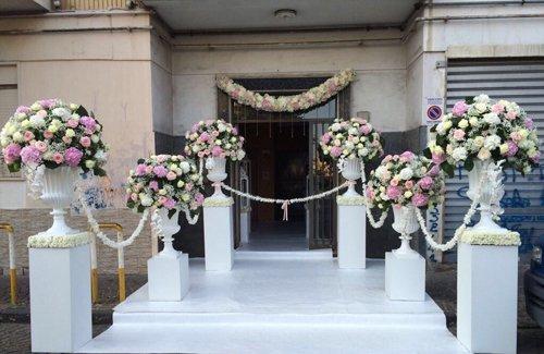 vista frontale di un luogo dell'evento con addobbi floreali