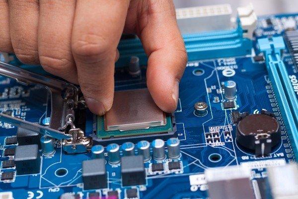 un tecnico estrae una scheda del personal computer