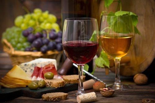 2 bicchieri di vino , prosciutto,olive e pane