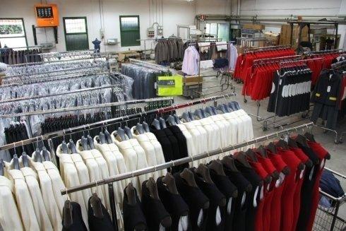 vestiti ordinari sugli stand