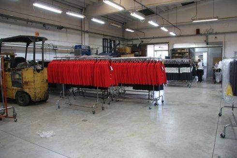 delle giacche rosse ordinate sugli stand