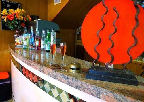 Un bancone da bar con due bicchieri e delle bottiglie di liquore