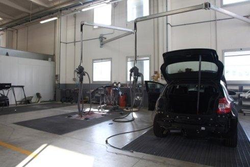 Apposite postazioni permettono di lavorare con cura anche gli interni delle automobili.