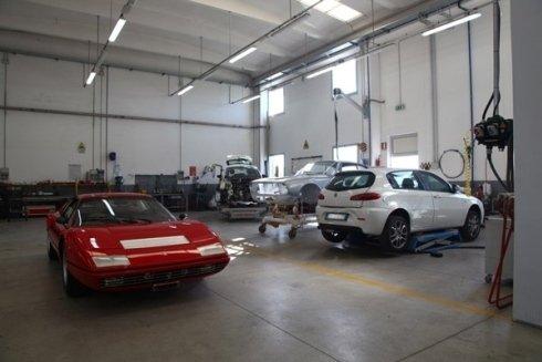 Gli operai specializzati investono lo stesso impegno e la stessa cura per la riparazione di auto di lusso e di auto comuni.