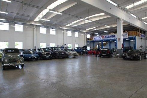 Il vasto ambiente di lavoro permette di intervenire facilmente su diverse auto contemporaneamente.