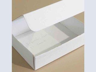 scatola bianca con coperchio