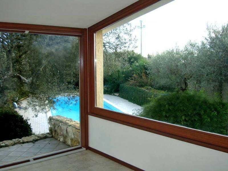 delle finestre con vista degli alberi e una piscina all'esterno