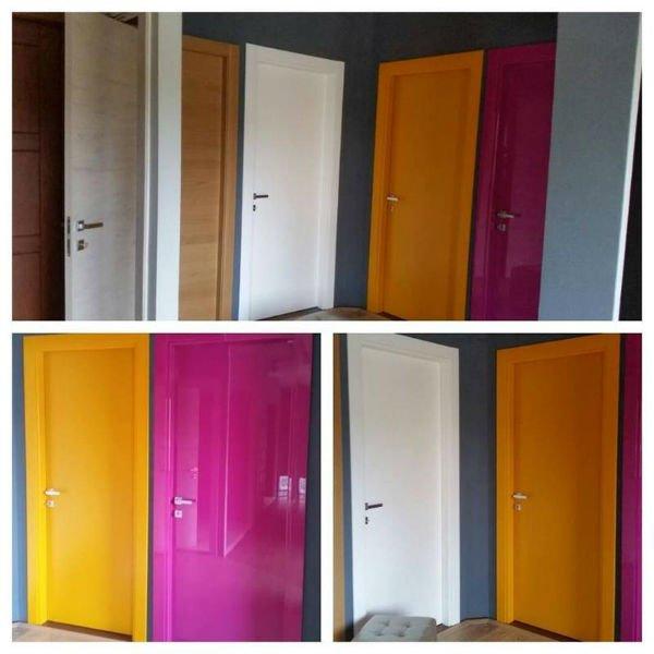 delle porte in legno viola,arancioni e di altri colori