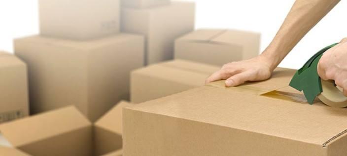 una mano appoggiata su uno scatolone