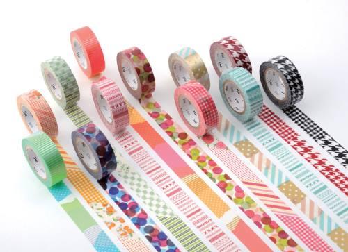 dei rotoli di scotch colorati con dei disegni