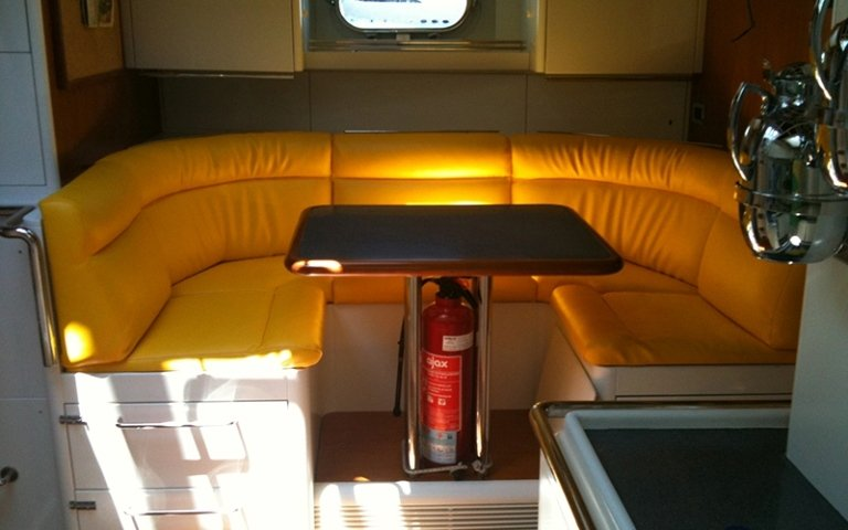 divano imbottito giallo per barca