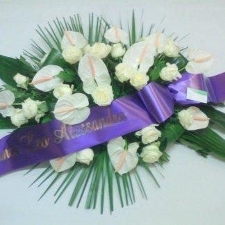 cuscino funebre con rose bianche e anthurium bianche