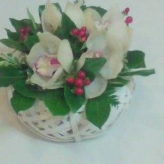 Cesto di orchidea e bacchi rosse