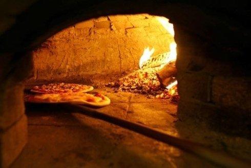 Le nostre pizze sono cotte in forno a legna.