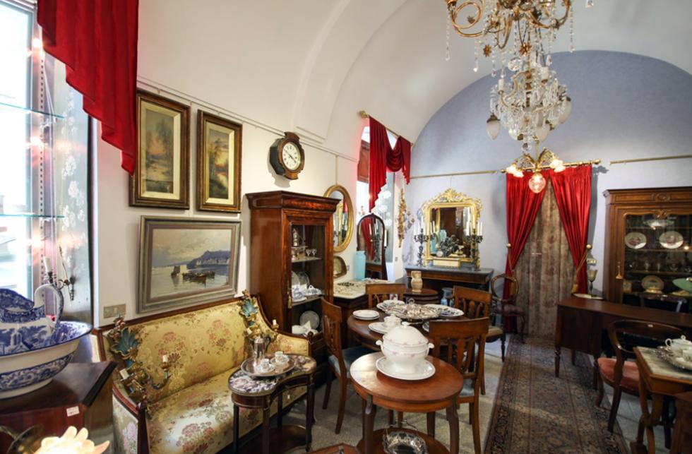 Tavolini e divani antichi